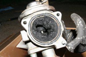 Клапан EGR каналы забиты отложениями углерода.